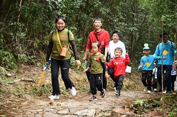 """东莞观音山开启丛林寻宝之旅 寻找森林中的""""小精灵"""""""